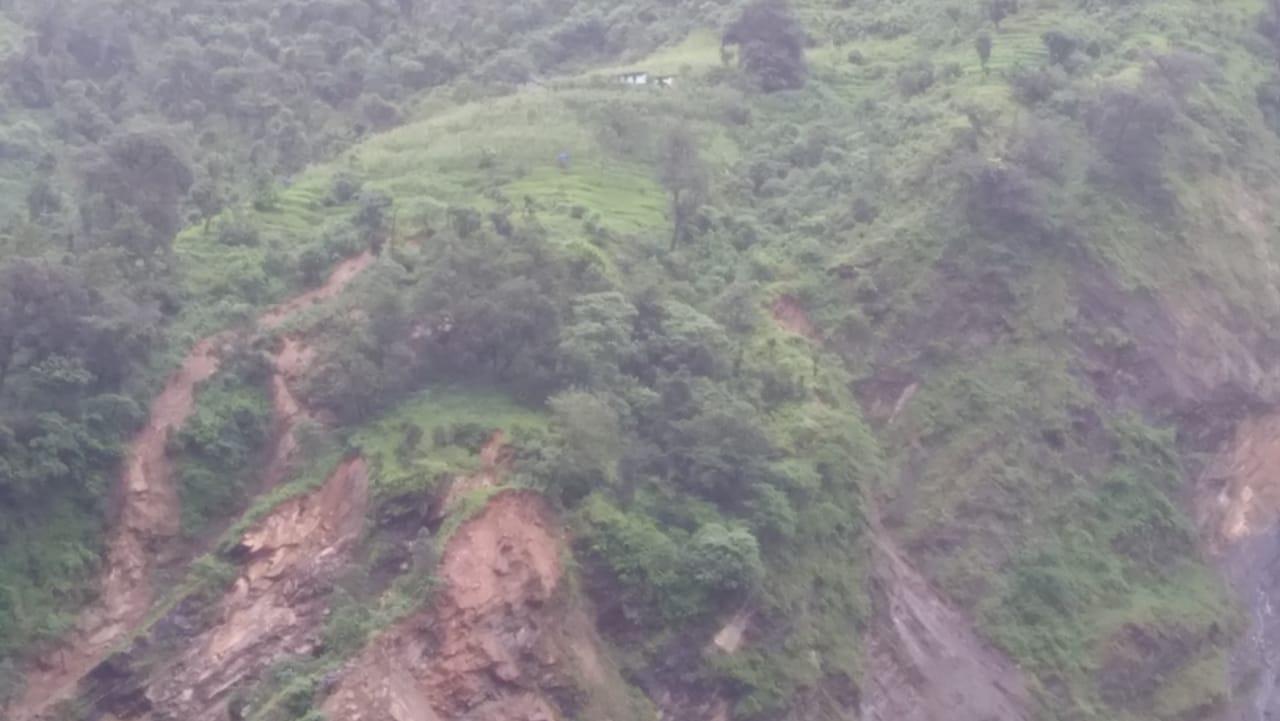 चंपावत में राष्ट्रीय राजमार्ग धौन के पास बंद