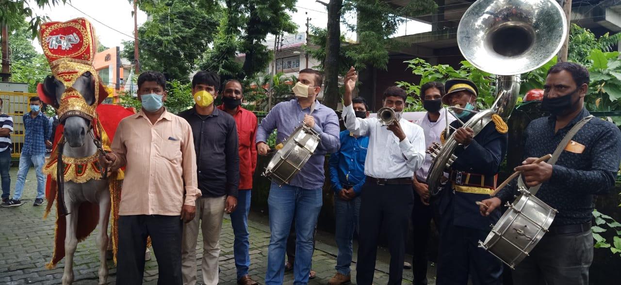 इस सरकार ने तो जनता का ही बैंड बजा दिया : सुमित