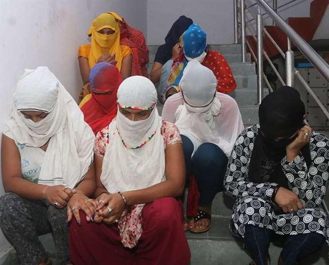 कॉलगर्ल की ऑनलाइन बुकिंग, नौ युवतियों समेत 20 गिरफ्तार