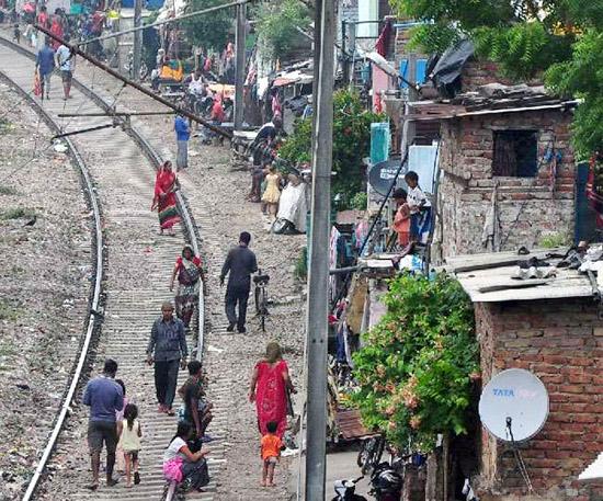 रेलवे ट्रैक के किनारे बसी झुग्गियां हटाने के फैसले पर रोक