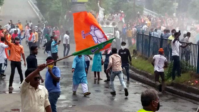 बंगाल में संग्रामः बीजेपी कार्यकर्ता सड़कों पर, लाठीचार्ज में कई नेता घायल