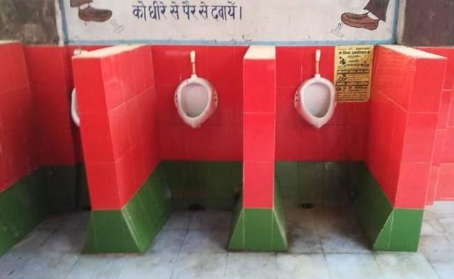 गोरखपुर रेलवे अस्पताल के टॉयलेट में सपा के झंडे के रंग वाले टाइल्स