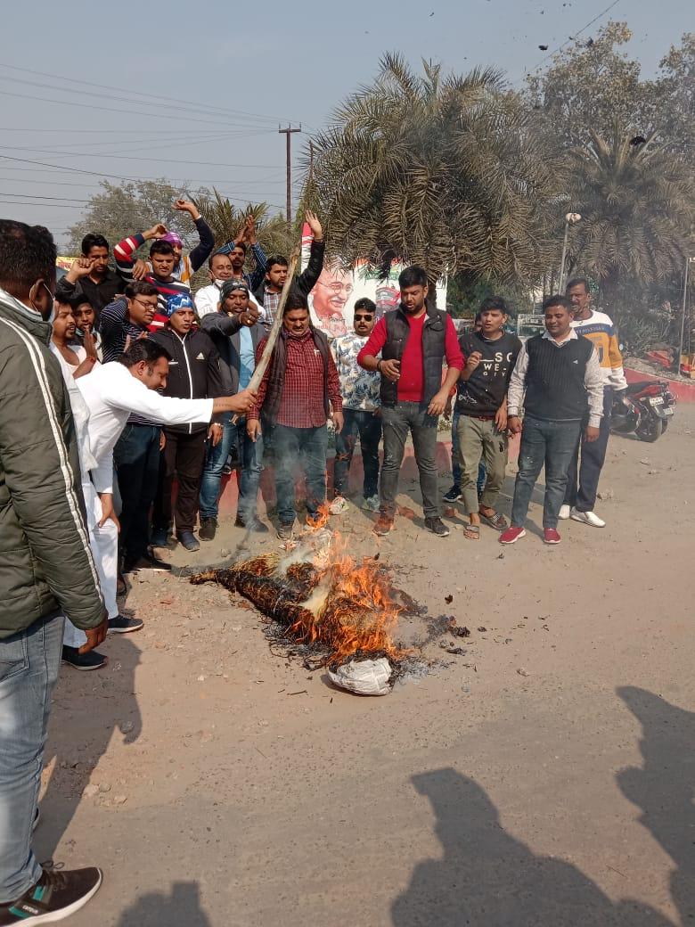 गुस्साए कांग्रेसियों ने रुद्रपुर में फूंक डाला मोदी सरकार का पुतला, जोरदार धरना-प्रदर्शन