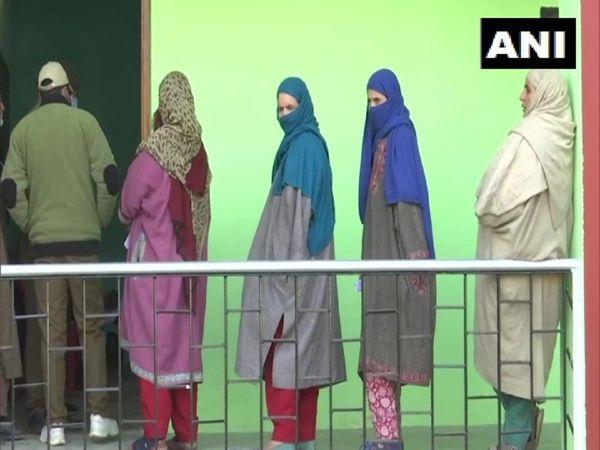 जम्मू-कश्मीर में संगीनों के पहरे में भारी मतदान