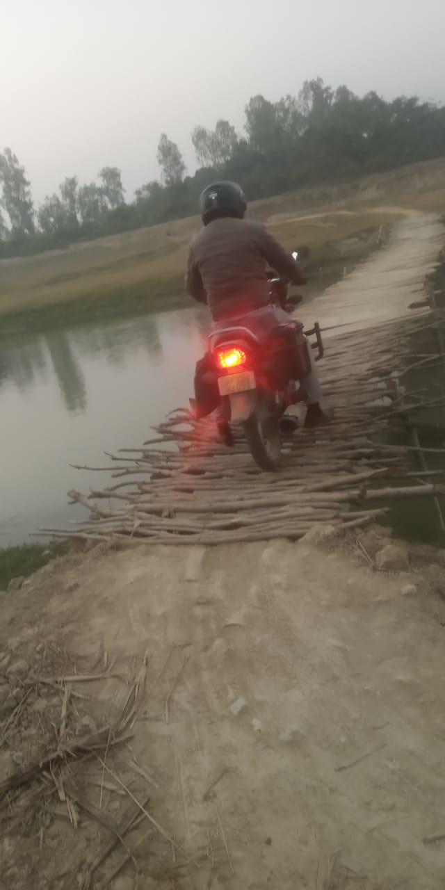 जान जोखिम में डाल टूटे पटरों के खतरनाक पुलों से गुजरते हैं मीरगंज वाले