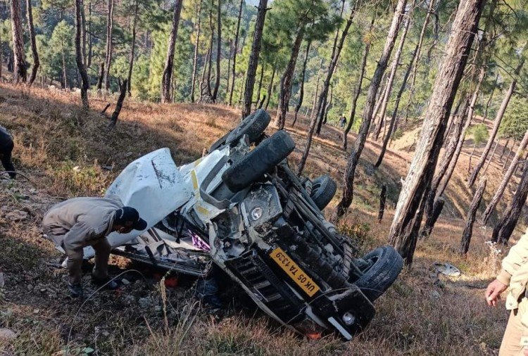 अल्मोड़ा में कसार देवी मंदिर के पास गहरी खाई में गिरी टैक्सी, दो मरे