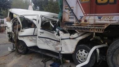 बोलेरो खड़े ट्रक से टकराई, 14 बारातियों की हुई मौत