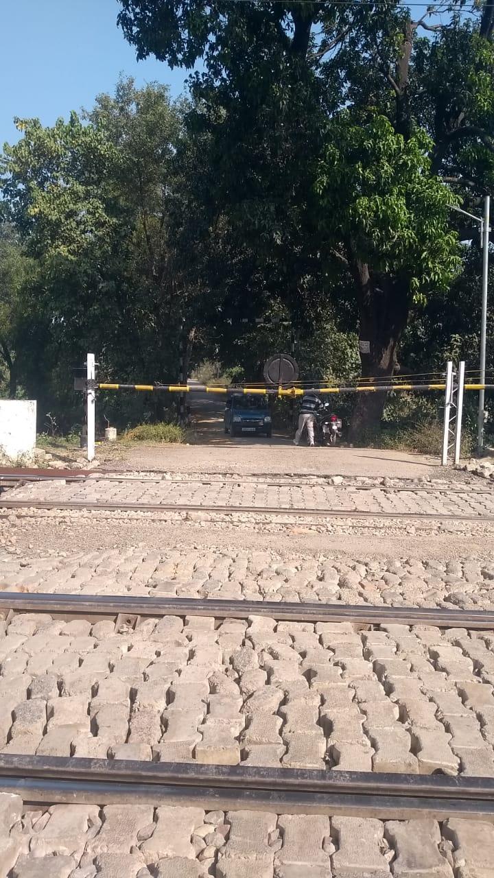 खराब फाटक की मरम्मत कराना भूल गए रेलवे अफसर