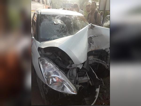 बजरी से फिसलकर खाई में जा गिरी कार, बड़ा हादसा टला