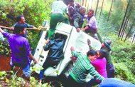 बागेश्वर में बारात की मैक्स खाई में गिरी, दो लोगों की मौत, छह घायल