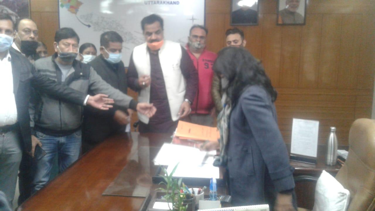 डीएम से मिले रुद्रपुर के व्यापारी, काशीपुर बाईपास चौड़ीकरण पर रोक लगाने पर दिया जोर
