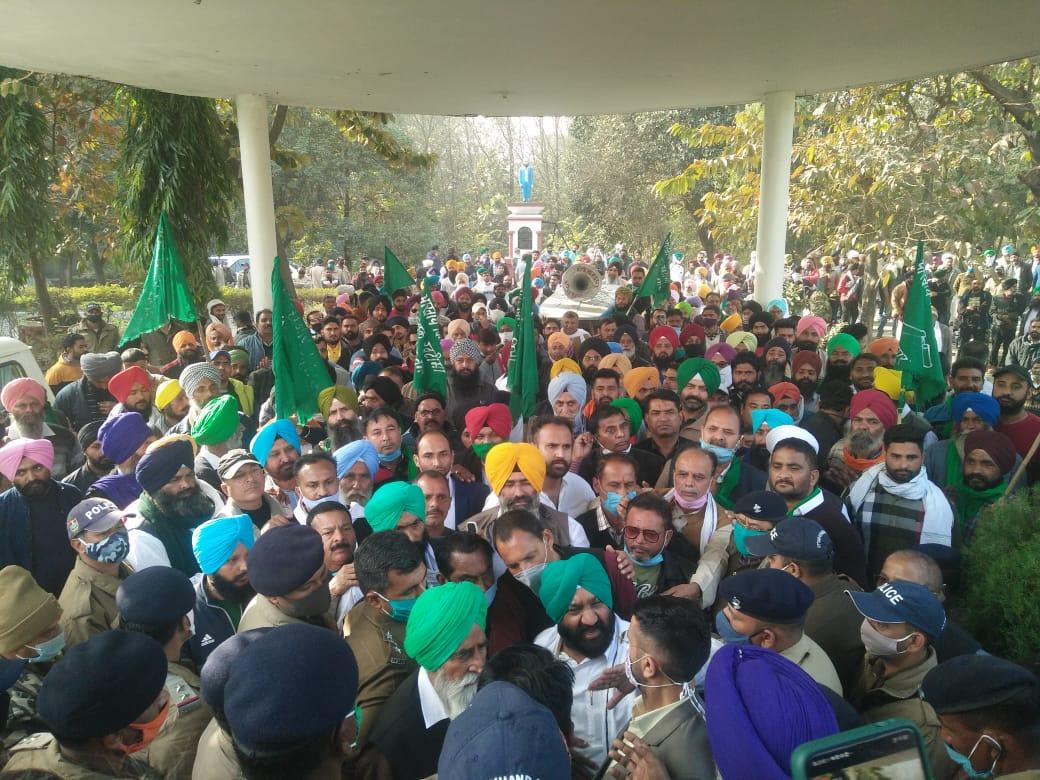 रुद्रपुर: भाकियू ने किसानों के समर्थन मेंं विशाल धरना देकर किया उग्र प्रदर्शन