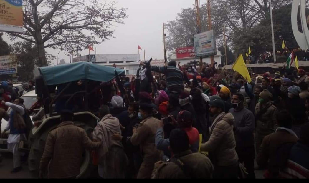 भाजपा विधायक ठुकराल पर फेंके संतरे, झंडे कुचले, फाड़ दी फ्लैक्सी