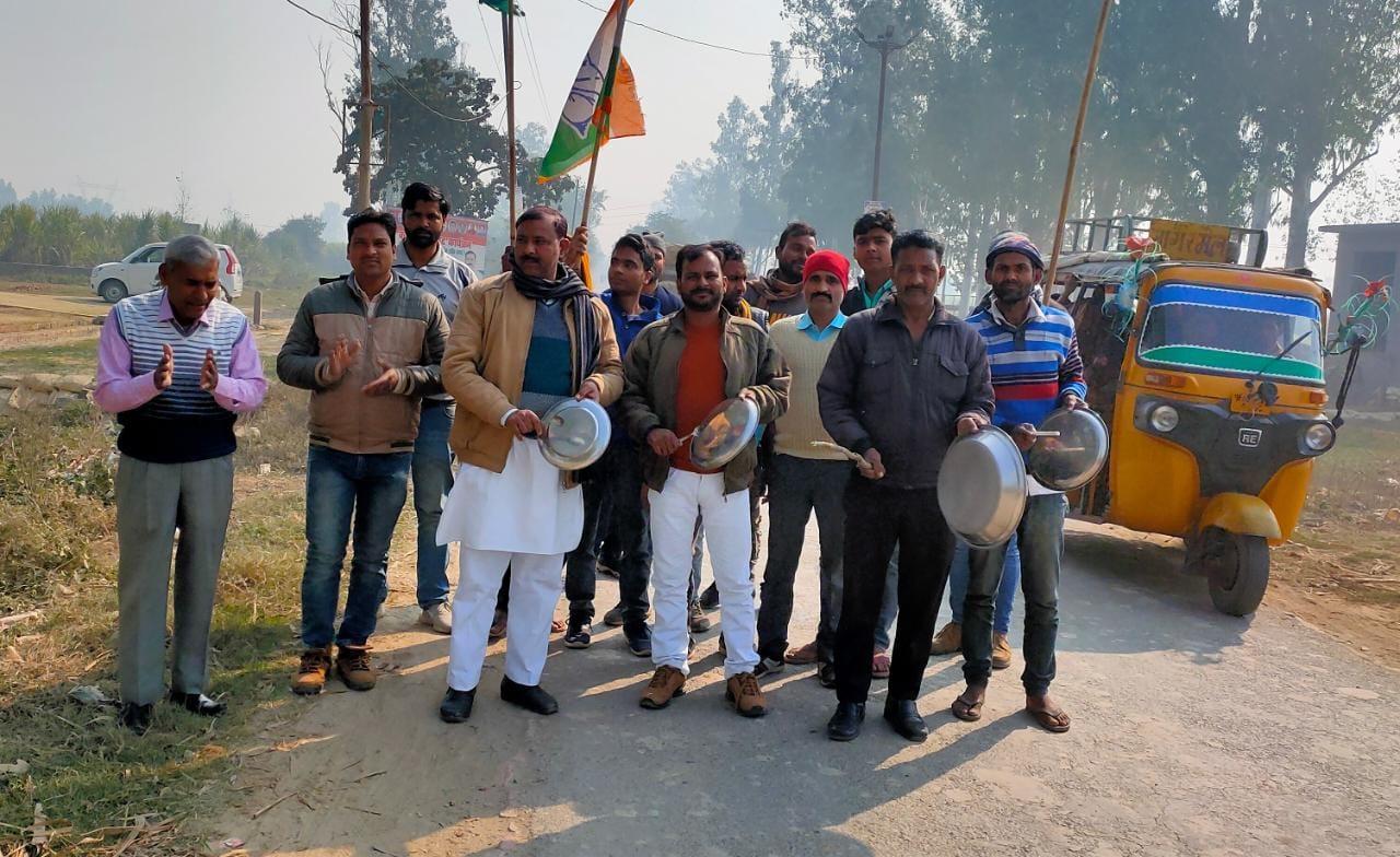 मीरगंज में पोल शिफ्ट नहीं करा रहा बिजली विभाग, रुका दिवना रोड का निर्माण