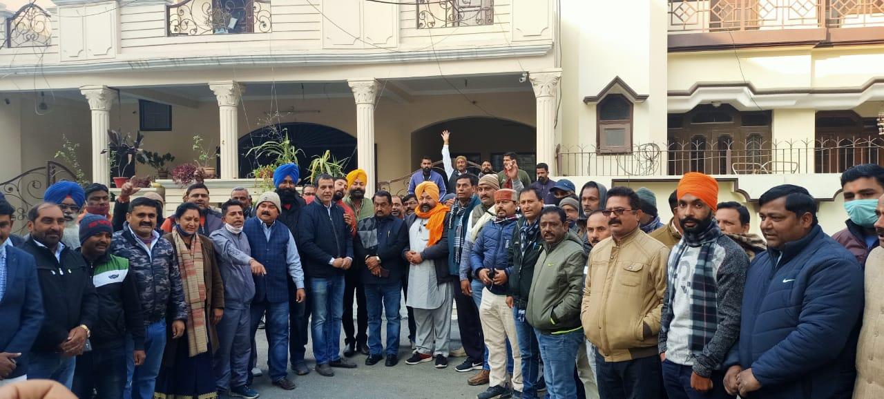 दिल्ली कूच के लिए कांग्रेसी पूर्व स्वास्थ्य मंत्री के आवास पर हुए जमा
