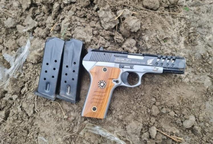 बीएसएफ ने अटारी बाॅर्डर पर दो घुसपैठिये मार गिराये, भारी तादाद में अत्याधुनिक हथियार बरामद