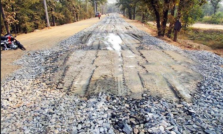 देवीधुरा-बसानी सड़क के सड़क सोलिंग में घटिया सामग्री