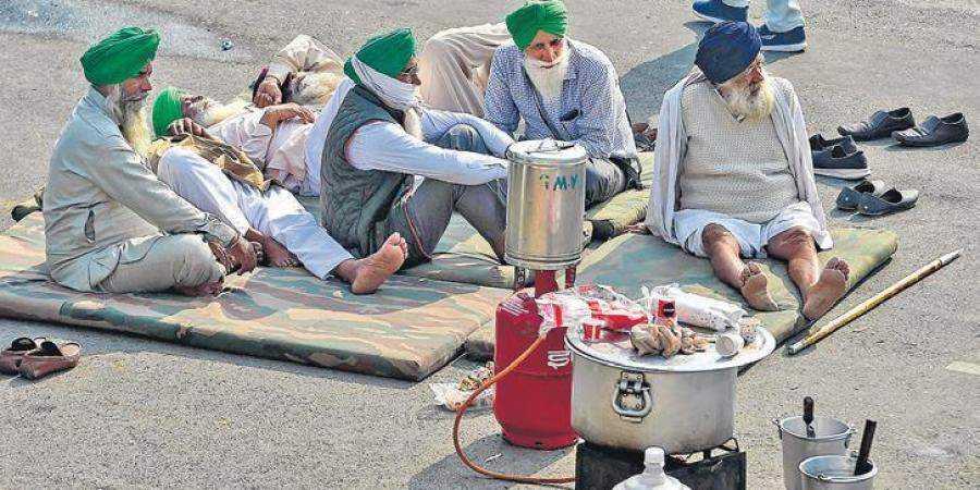 गाजीपुर बॉर्डर पर पानी की सप्लाई कटी, टॉयलेट भी हटाए, पुलिस ने कहा- सड़क खाली करो