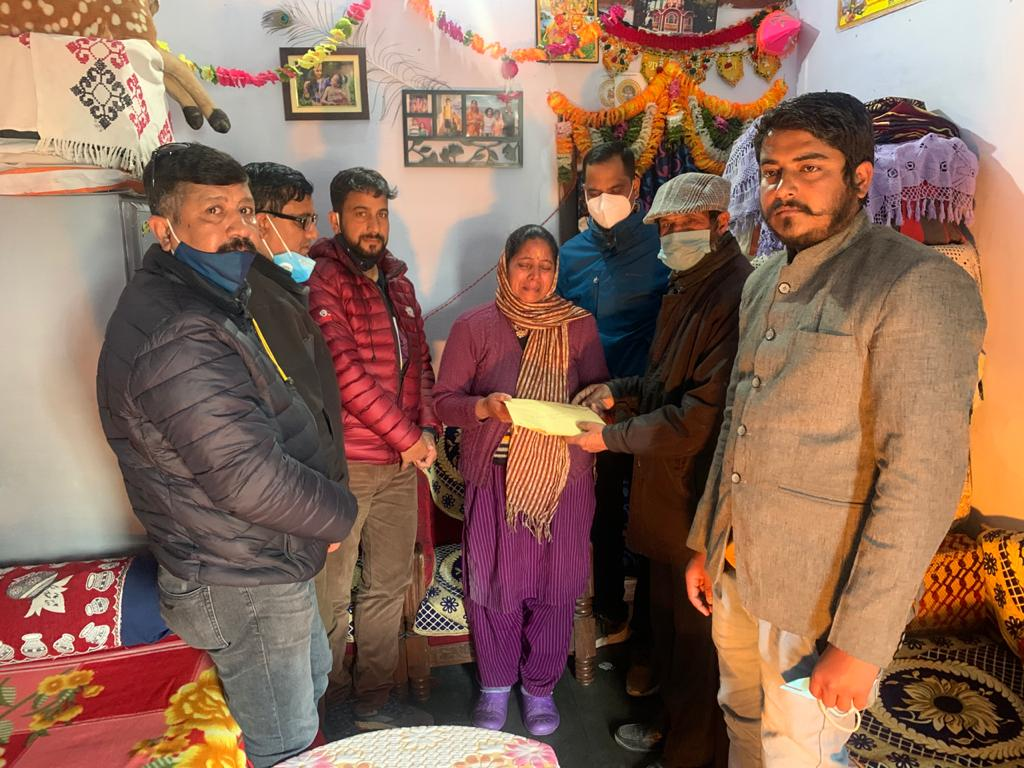 पिथौरागढ़ के पत्रकारों ने दिवंगत डॉ दीपक उप्रेती के परिजनों को सौंपी एक लाख 75 हजार की सहायता राशि
