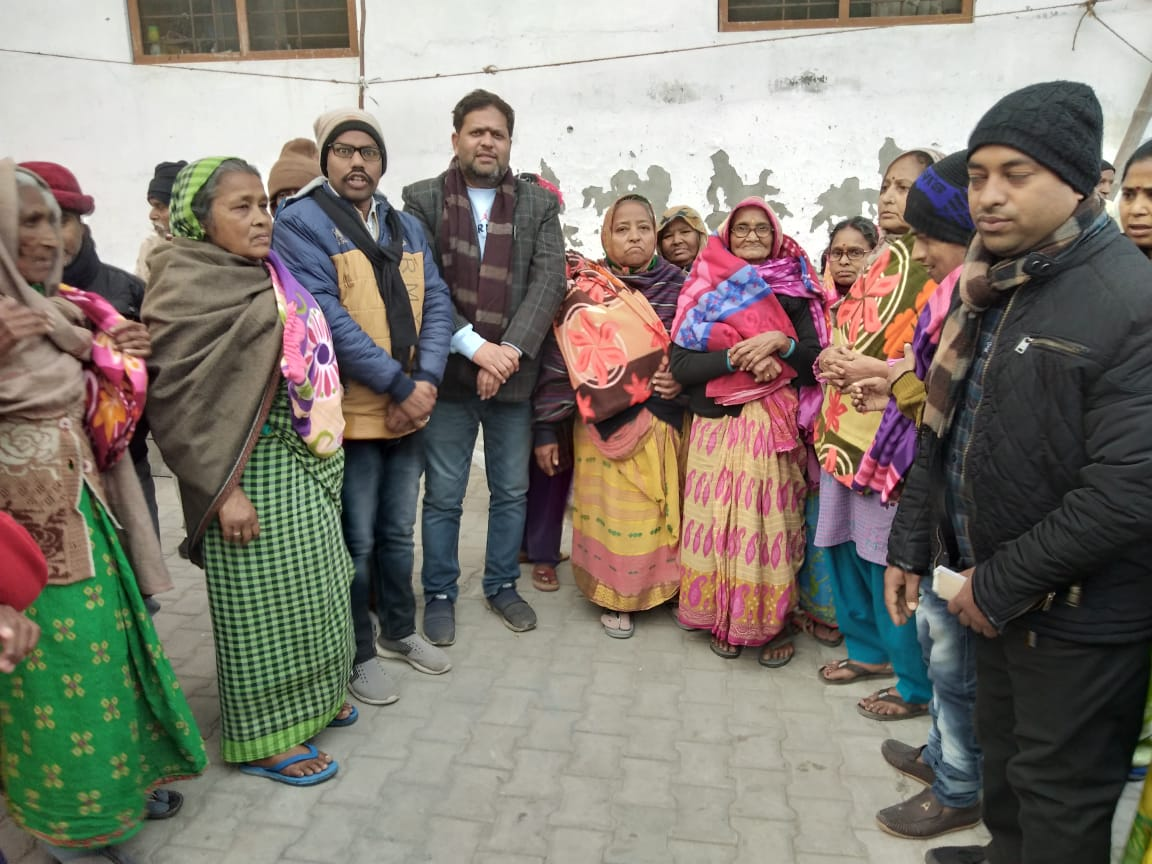 गरीब और असहाय लोगों को बांटे गए कंबल