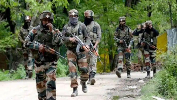 पुलवामा में आतंकियों ने सुरक्षा बलों पर ग्रेनेड फेंका, सात जख्मी