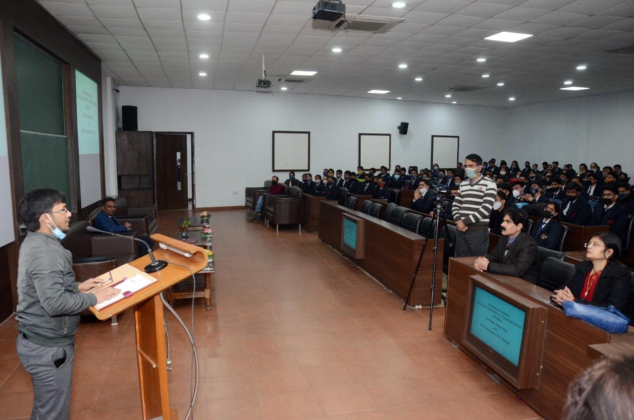 एसआरएमएस कालेज आफ इंजीनियरिंग में सीडीओ चंद्रमोहन गर्ग ने ली क्लास