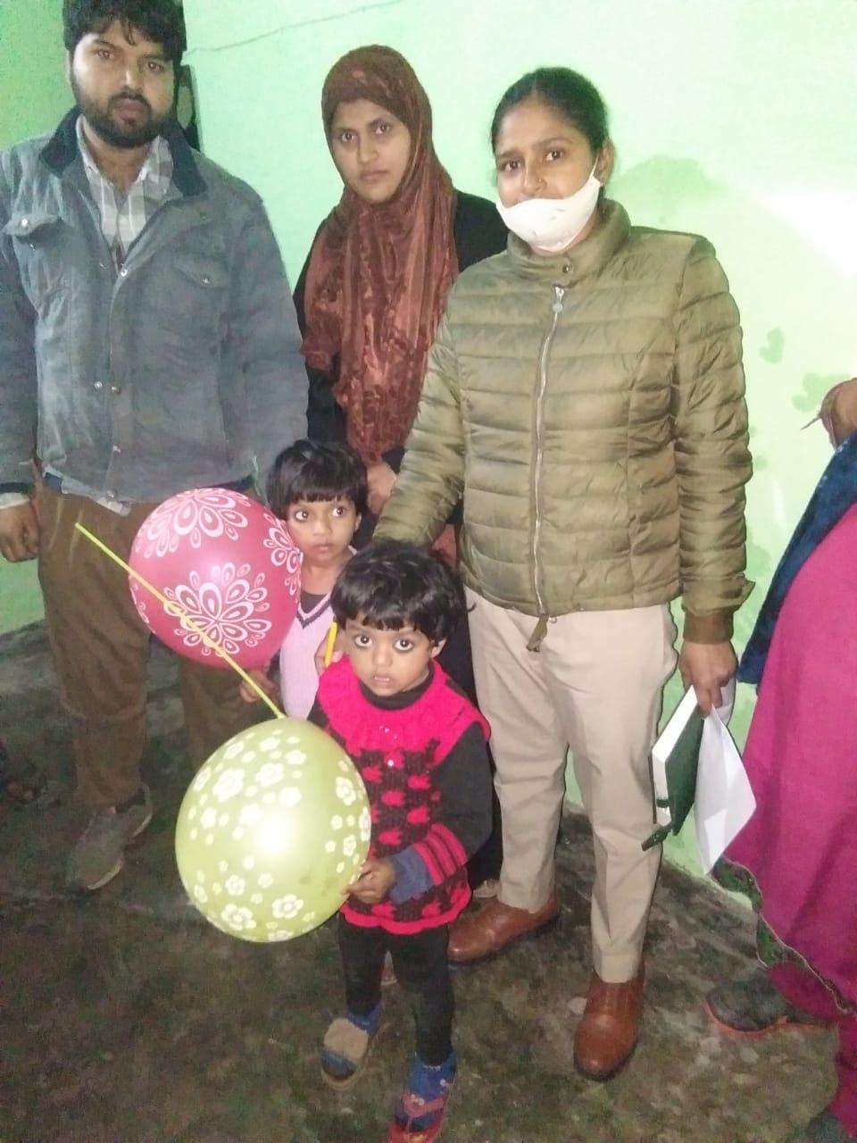 लापता बच्चियों को पुलिस ने परिजनों के किया सुपुर्द