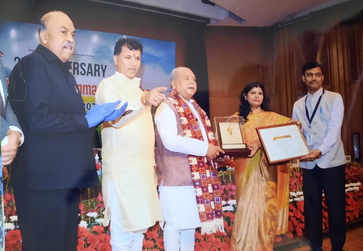 कृषि मंत्री तोमर ने किया डीएम और मुख्य कृषि अधिकारी को सम्मानित