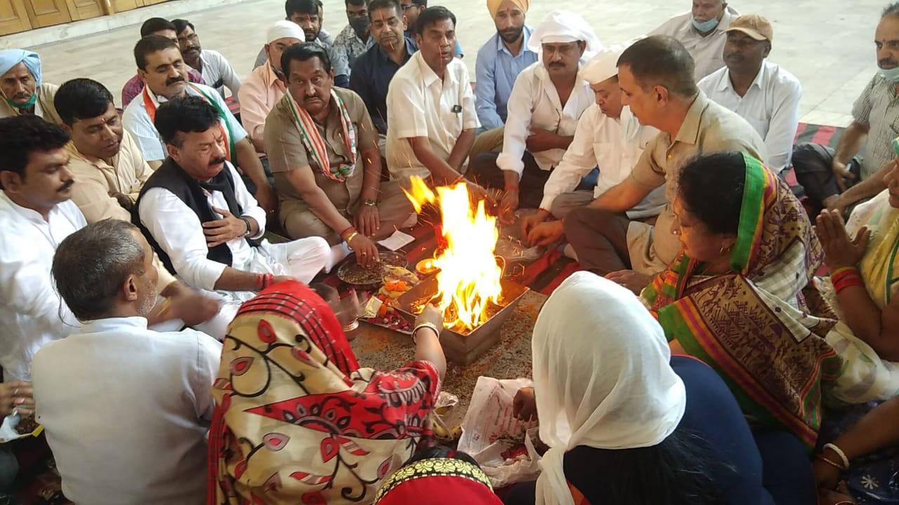 रावत के स्वास्थ्य लाभ को कांग्रेसियों ने किया हवन स्थानीय श्री लक्ष्मी नारायण पांच मंदिर में रावत की दीर्घायु के लिए की प्रार्थना