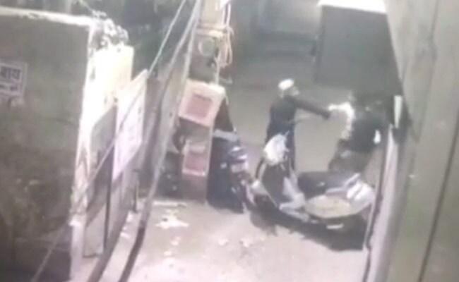 दिल्ली में रोड रेज के बाद डबल मर्डर, सीसीटीवी में कैद हुई सनसनीखेज वारदात