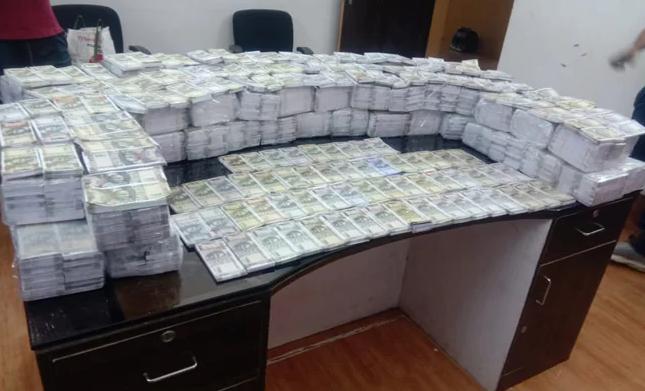 7.9 करोड़ के नकली नोट गाड़ी में भरकर ले जा रहे थे तीन लोग, पुलिस ने चेकिंग के दौरान पकड़ा