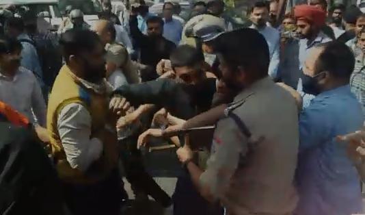 सरे बाजार दो युवकों ने दिखाई गुंडई ,रमपुरा के युवक को नाले में फेंका, देखिए विडियो