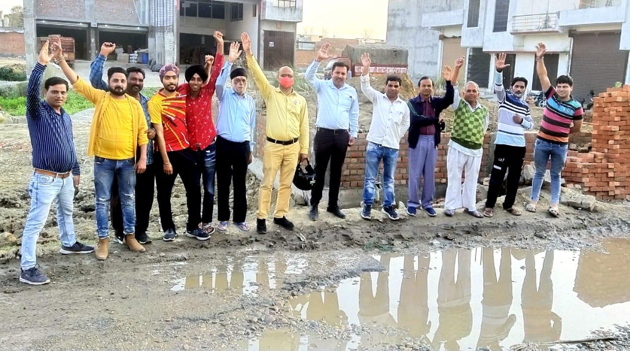 सड़कों की बदहाली से आक्रोशित लोग सड़कों पर उतरे