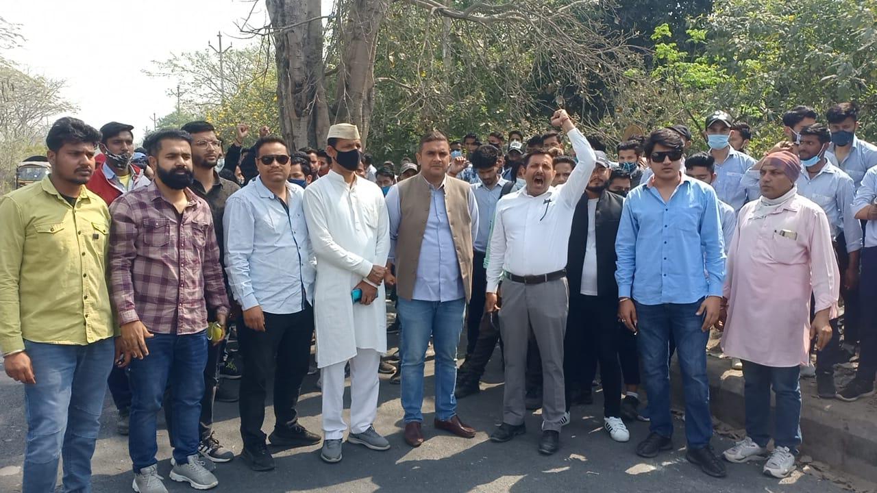 कांग्रेसी नेताओं को पाबंद करने के खिलाफ सैकड़ों मज़दूर उतरे सड़कों पर