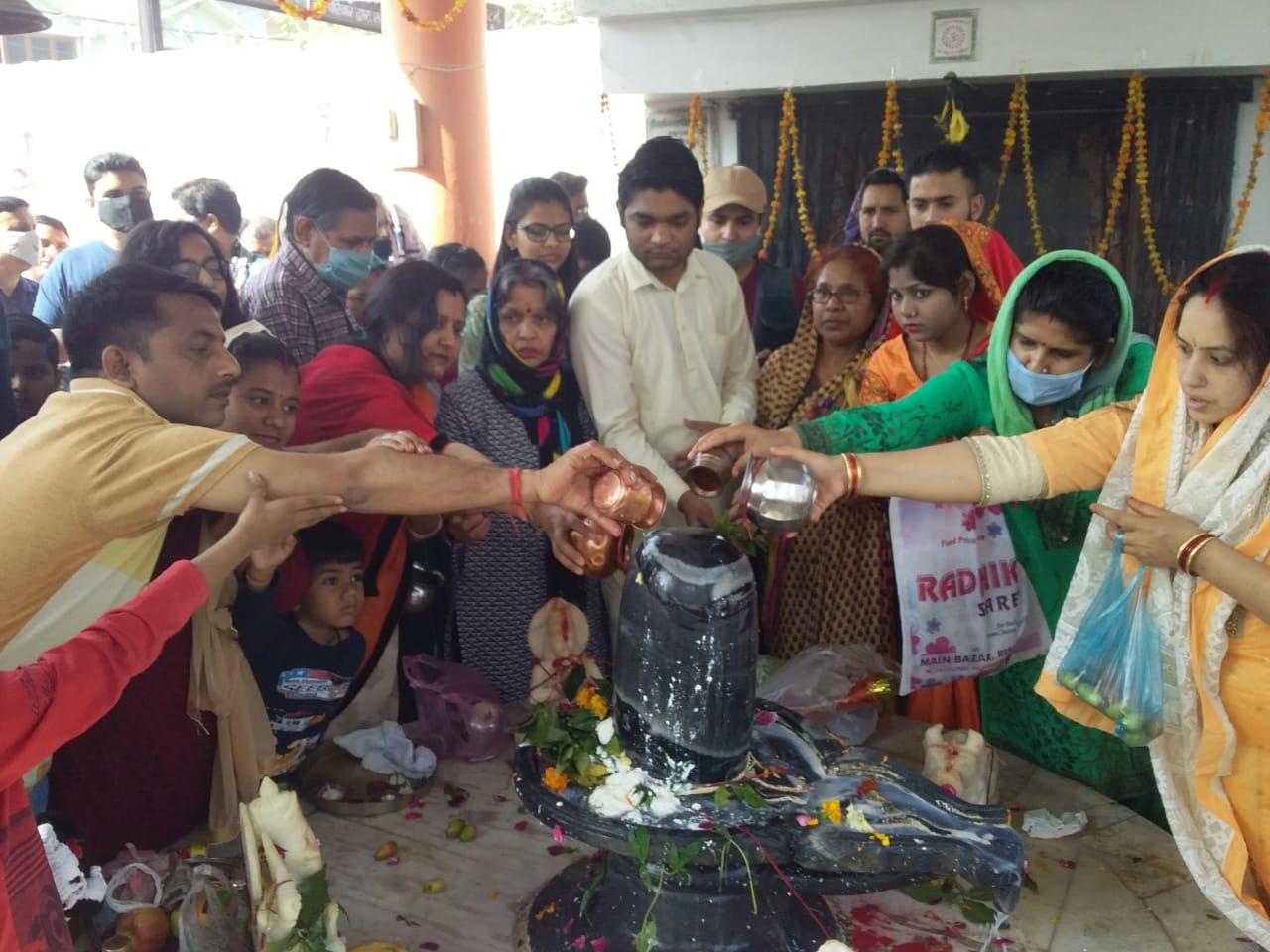 महाशिवरात्रि पर्व पर मंदिरों में उमड़ी भोले भक्तों की भीड़