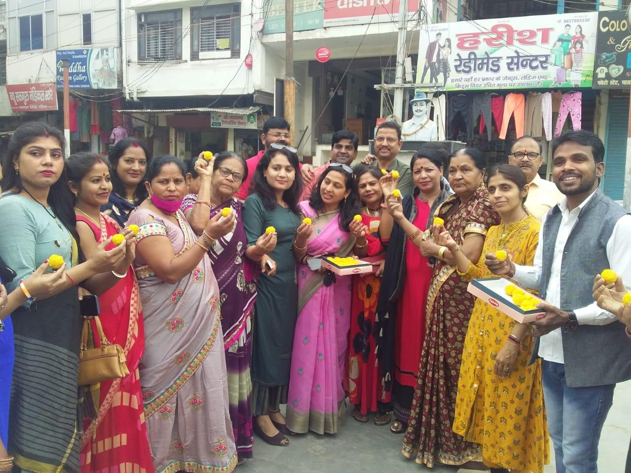 तीरथ सिंह के सीएम बनने पर महिला मोर्चा ने किया मिष्ठान वितरित