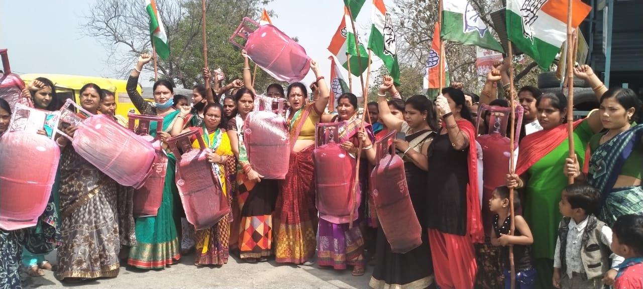 महंगाई के खिलाफ हाथों में सिलेंडर लेकर सड़कों पर उतरी मातृशक्ति