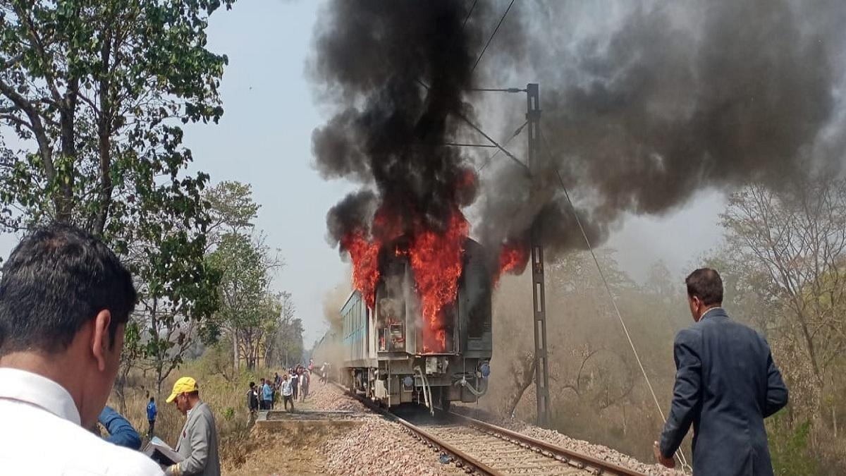 दिल्ली-देहरादून शताब्दी ट्रेन के कोच में लगी भीषण आग, हर तरफ धुएं का गुबार