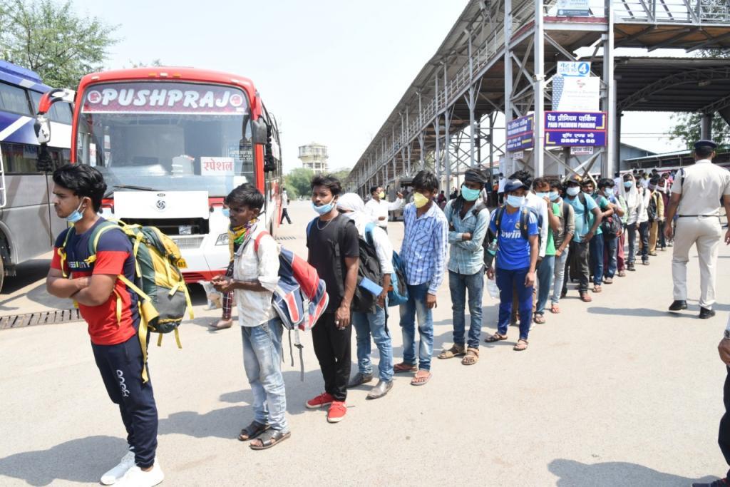 दिल्ली में लॉकडाउन लागू होते ही प्रवासी मज़दूरों का पलायन, अब लगेगी 18 पार को भी वैक्सीन - 10 खास बातें