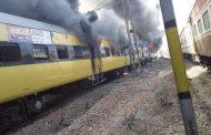 रोहतक में पैसेंजर ट्रेन में लगी भीषण आग, तीन डिब्बे जलकर खाक, फायर बिग्रेड की गाड़ियां बुझाने में जुटीं