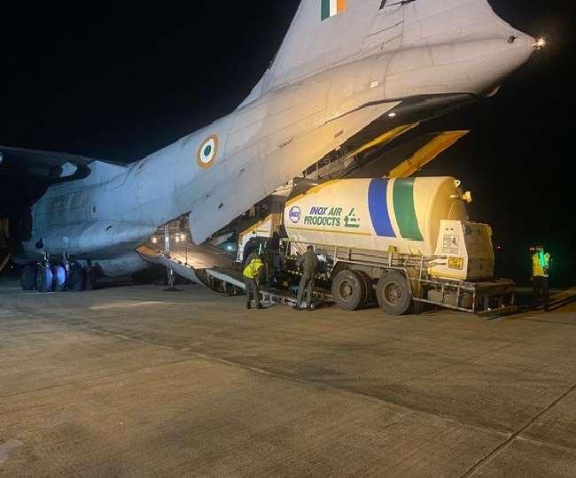 ऑक्सीजन सप्लाई में तेजी लाने के लिए भारतीय वायुसेना ने संभाला मोर्चा, एयरलिफ्ट किए जा रहे ऑक्सीजन टैंकर