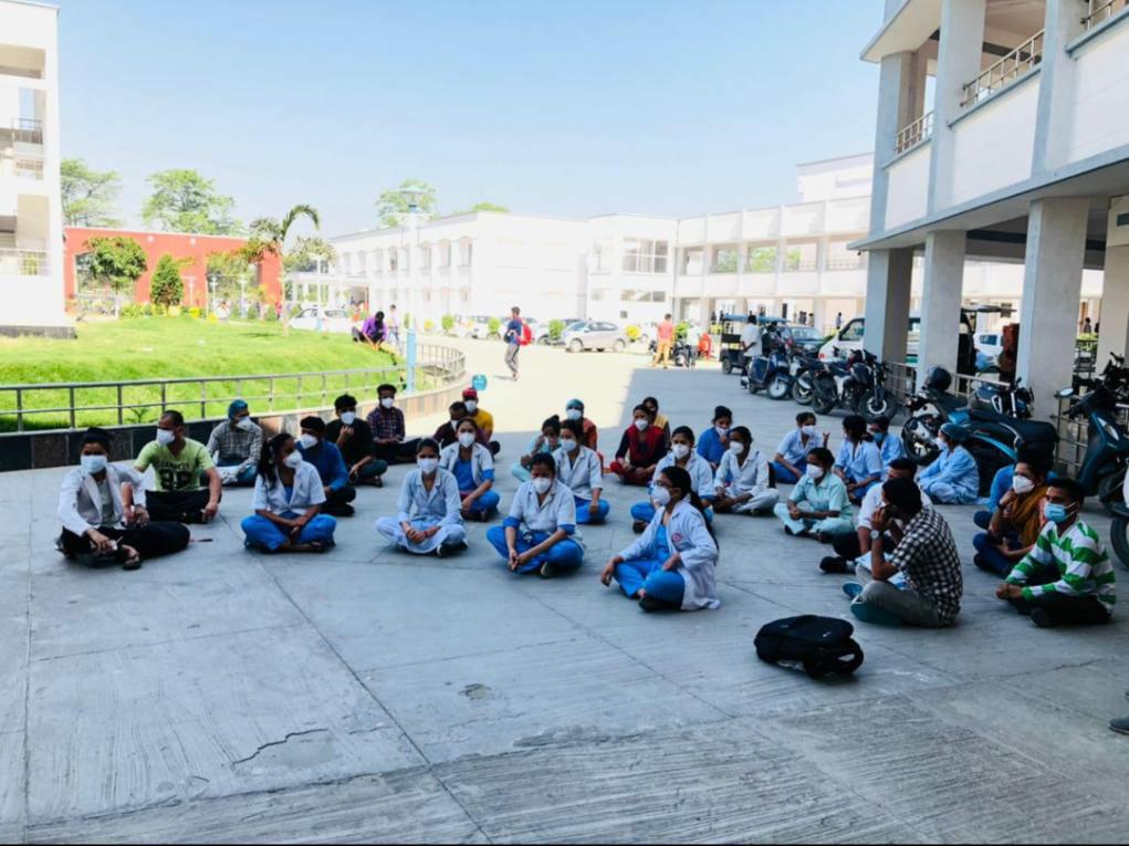 कोरोना संक्रमण के बीच हड़ताल पर गए मेडिकल कॉलेज के कर्मचारी