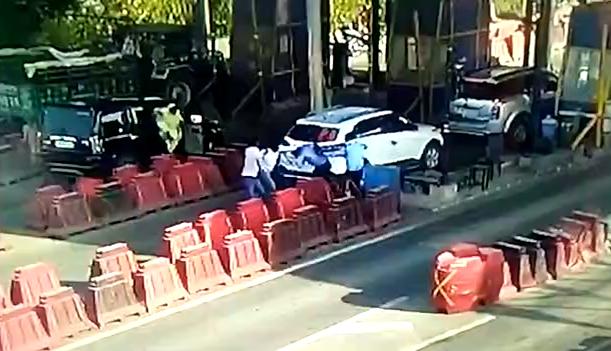 मुंडिया ( बहेड़ी ) टोल पर ग्राम प्रधान की गुंडई, देखिए पूरा वीडियो