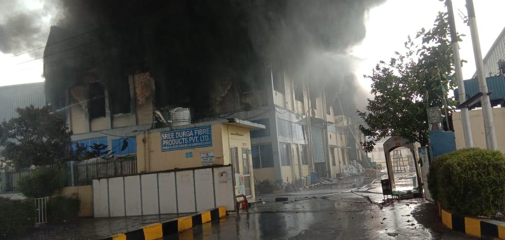 रुद्रपुर की दुर्गा फाइबर फैक्ट्री में भीषण आग, कर्मचारियों ने कूदकर जान बचाई, फैक्ट्री राख में तब्दील