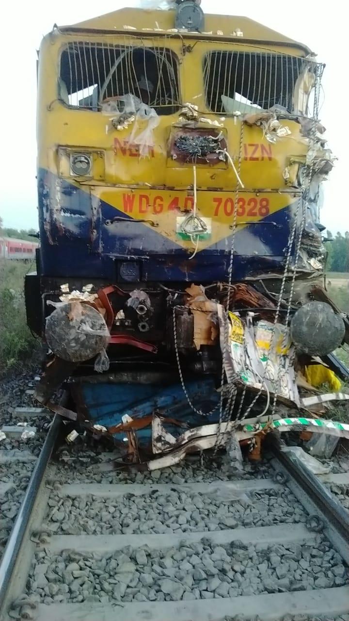 हुलासनगरा रेलवे क्रासिंग पर बड़ा हादसा, चंडीगढ़-लखनऊ एक्सप्रेस ने तीन ट्रक और दो बाइक को मारी टक्कर, हादसे में पांच लोगों की मौत, एक गम्भीर रूप से घायल