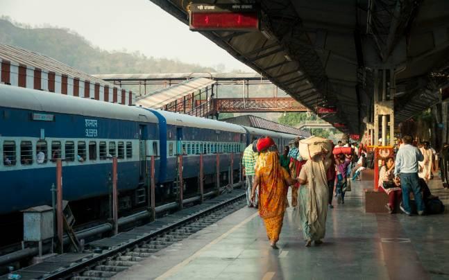 ट्रेन सेवा रोकने की कोई योजना नहीं, कोविड निगेटिव सर्टिफिकेट की भी जरूरत नहीं : रेलवे