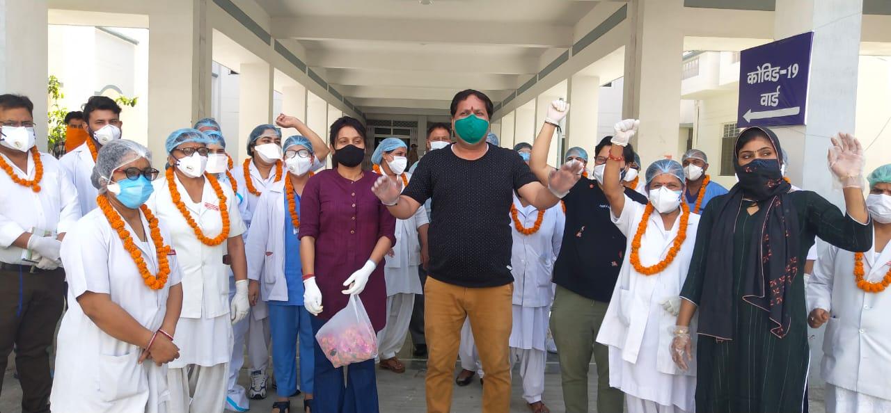 कोबिड ड्यूटी में लगे डॉक्टर, नर्स और मेडिकल स्टाफ का हौसला बढ़ाया, फूल-मालाओं से स्वागत
