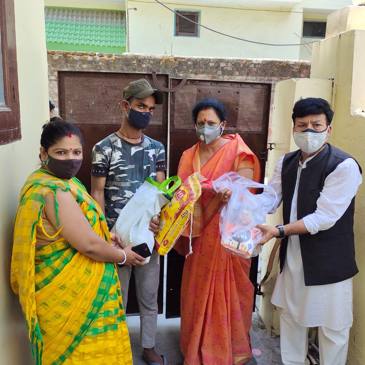 देखिए, कांग्रेस नेत्री मीना शर्मा किस तरह कर रही है लोगों की मदद