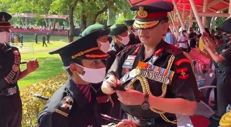 पुलवामा हमले में शहीद सैन्यकर्मी की पत्नी सेना में शामिल, लेफ्टिनेंट जनरल ने लगाए कंधे पर स्टार