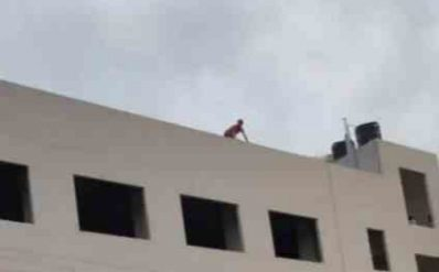 हल्द्वानी के युवक ने ब्लड बैंक की  इमारत पर चढ़ की आत्महत्या करने की कोशिश, जाने कैसे बचाई जान